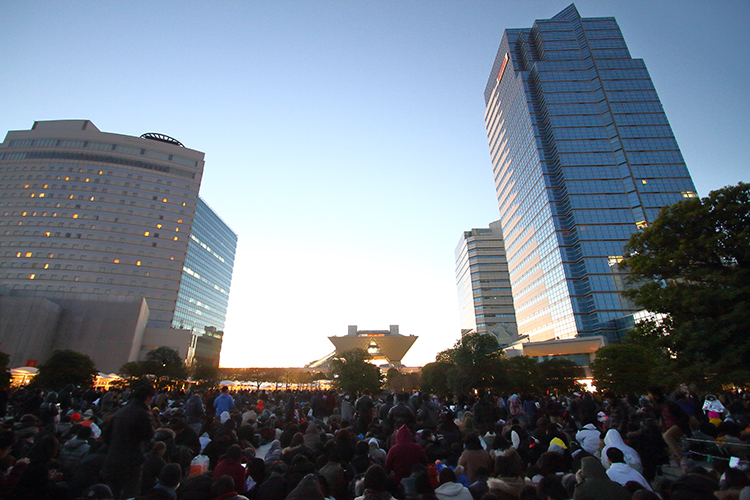 picture of queue into Comiket on day 1